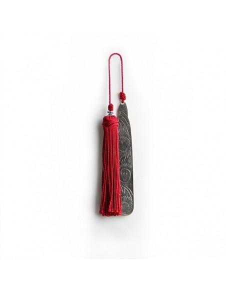 Marque page fait main metal gravé et pompon de soie rouge