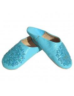 https://moroccodeco.com/babouches-femmes/462-babouche-paillettes-brodees-babouche-femme-modele-galia-bleu-ciel-babouches-a-bout-rond-cousues-main-chaussons-en-cuir-veritable.html