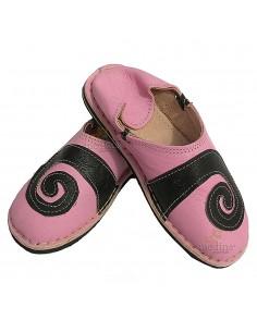 https://moroccodeco.com/babouches-femmes/510-babouche-berbere-design-spirale-rose-et-noir-chaussons-ou-pantoufles-robustes-et-colores-au-design-atypique.html