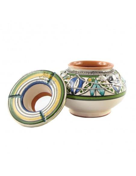 Cendrier marocain fait main dans les tons vert et bleu, cerclé de métal poli et torsadé