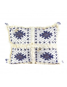 https://moroccodeco.com/coussin-vintage-berbere-rectangulaire-en-laine-vierge-tisse-main-motifs-bleus-avec-ses-pompons-de-laine-assortis