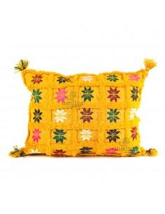 https://moroccodeco.com/coussin-vintage-rectangulaire-jaune-tisse-et-brode-main-avec-ses-pompons